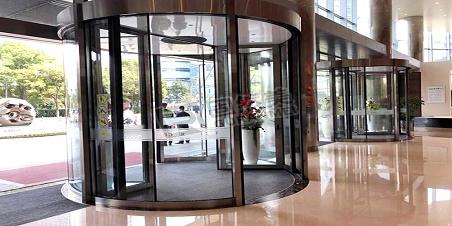 酒店入口旋转门底部用的是铝合金地垫吗?